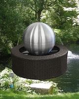 Gardenforma Wasserspiel mit Edelstahl-Kugel 35 cm, Rattanumrandung, Pumpe und LED