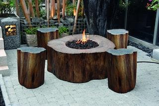 Gardenforma Feuerstellen-Set: Gas Feuerstelle Aragaz, Holzoptik aus Eco Stone & 4x Hocker