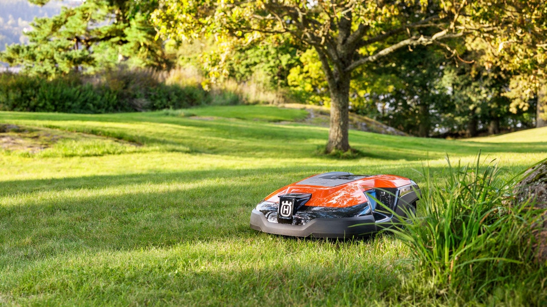 Ein Automower von Husqvarna ist der ideale kleine Helfer im Garten