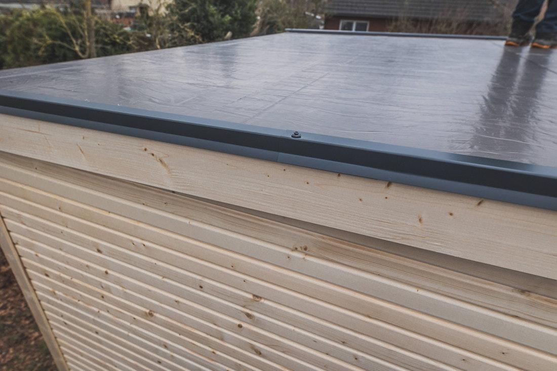 Die Blendabdeckungen bilden den Abschluss der Dachkannte und schützen die Holzblenden