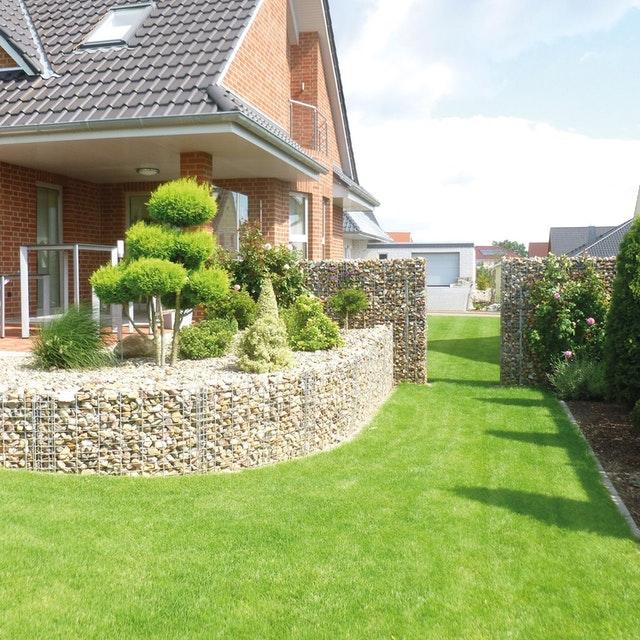 Gabionen sind hervorragende Begrenzungsmauern für Terrassen oder Beete im Garten