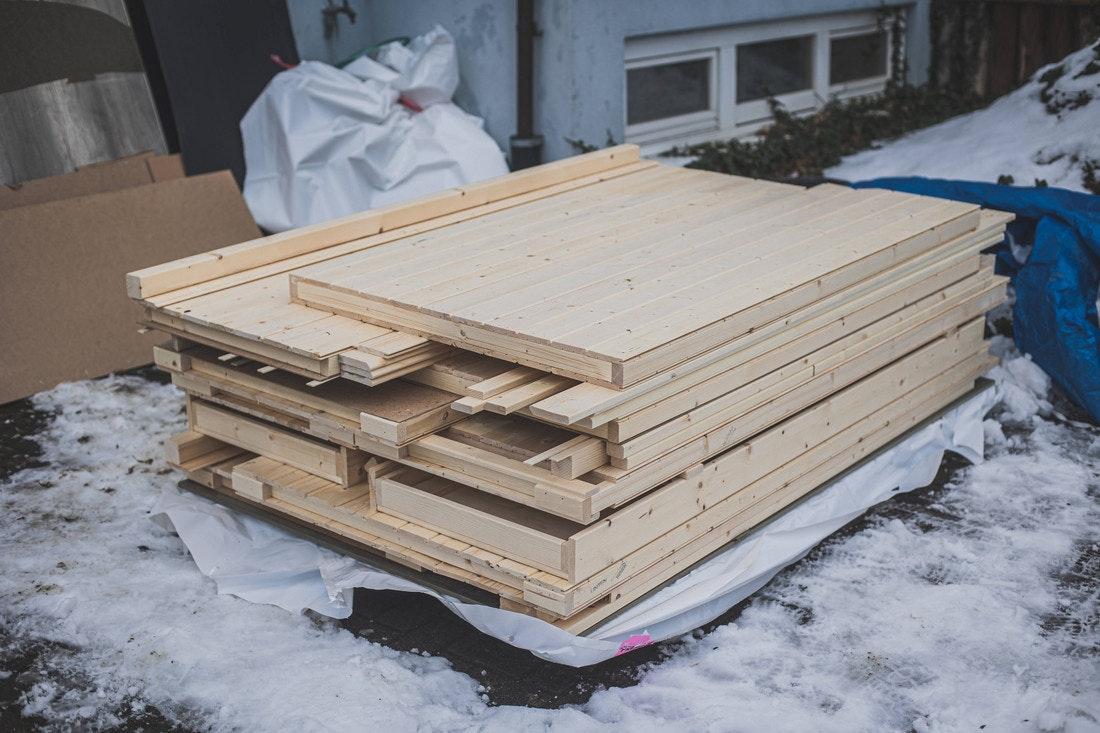 Im Gegensatz zu einer Blockbohlensauna, muss bei einer Elementsauna nicht mehr jedes Brett einzeln verschraubt werden. So hat man es deutlich einfacher und kommt schneller mit dem Aufbau voran.