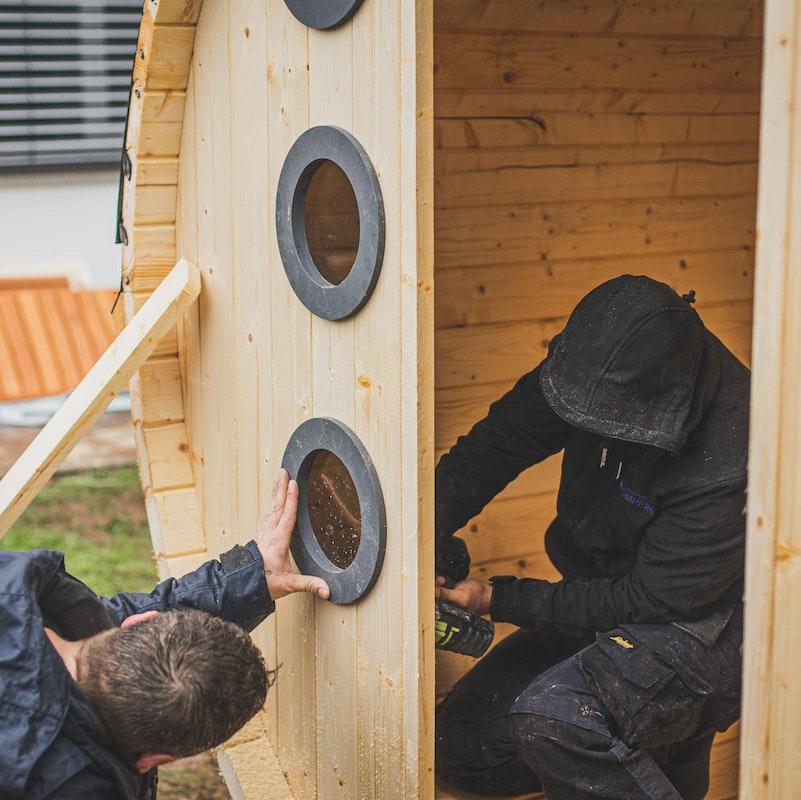 Die kleinen runden Fenster nebend er Tür werden ebenfalls ausgesägt und anschließend direkt eingesetzt