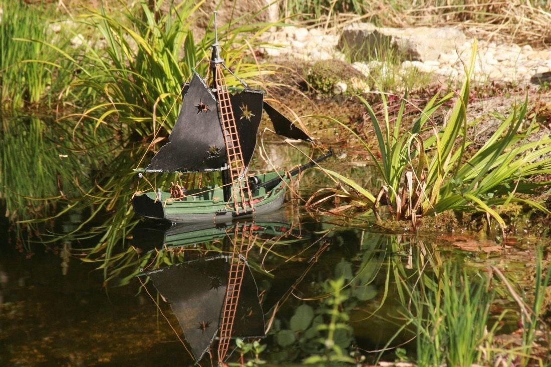 Spielzeugpiratenschiff auf dem Wasser