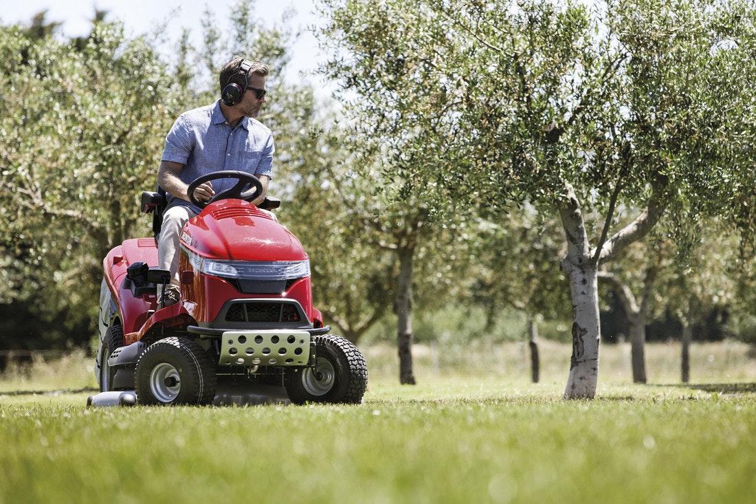 Honda baut powervolle Rasentraktoren, mit denen sie mühelos große Rasenflächen mähen können