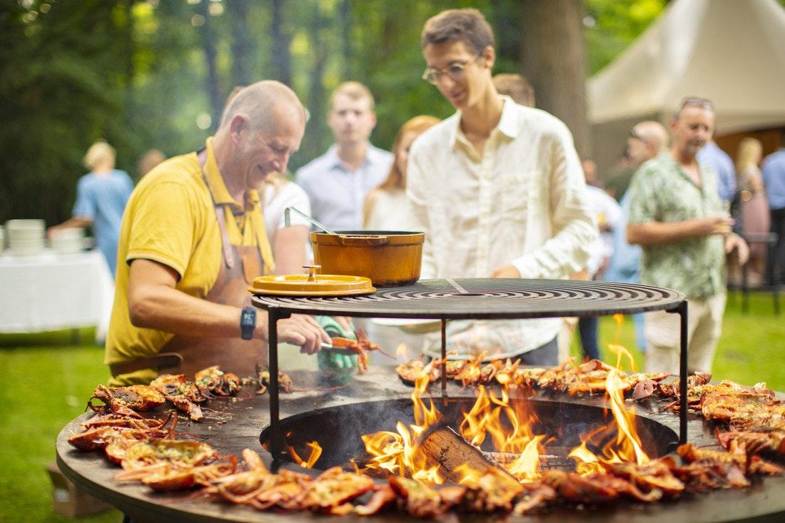 Das Outdoor- und Gemeinschaftserlebnis sind die wichtigsten Elemente des Kochens mit Ofyr