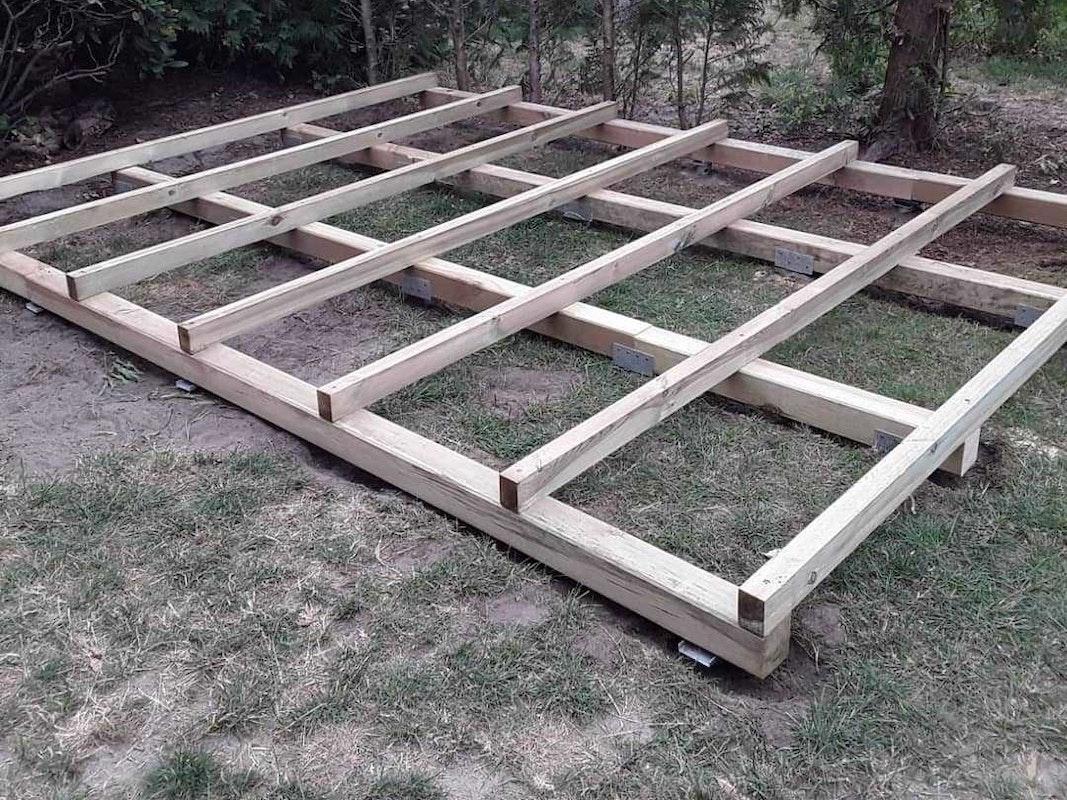 Schritt 3: Die Konterlattung wird auf den Fundamentrahmen montiert