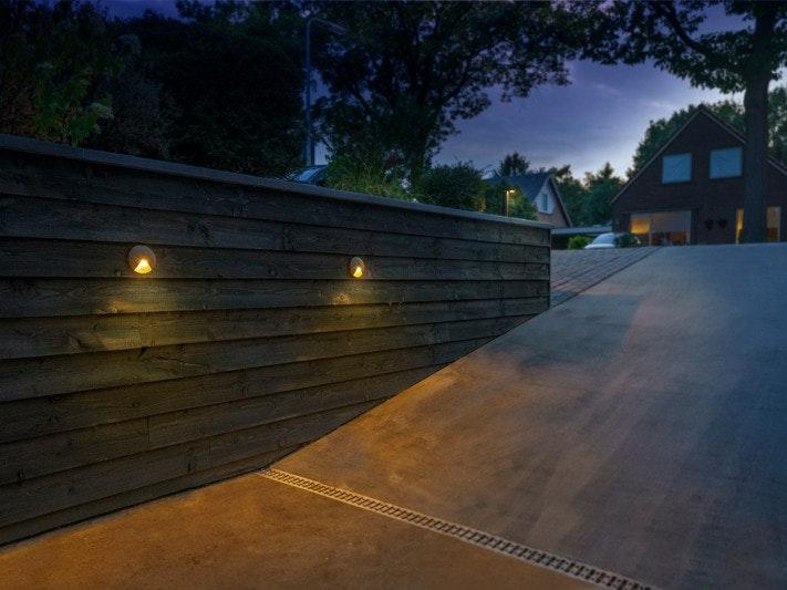 Mit Wandleuchten an einer Mauer können sie Ihre Grundstückseinfahrt hochwertig ausleuchten
