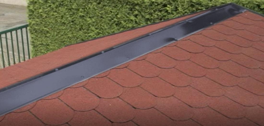 Der Dachfirst von Gartenhäusern mit Satteldach kann mit einer Aluminiumschiene wasserdicht abgedeckt werden