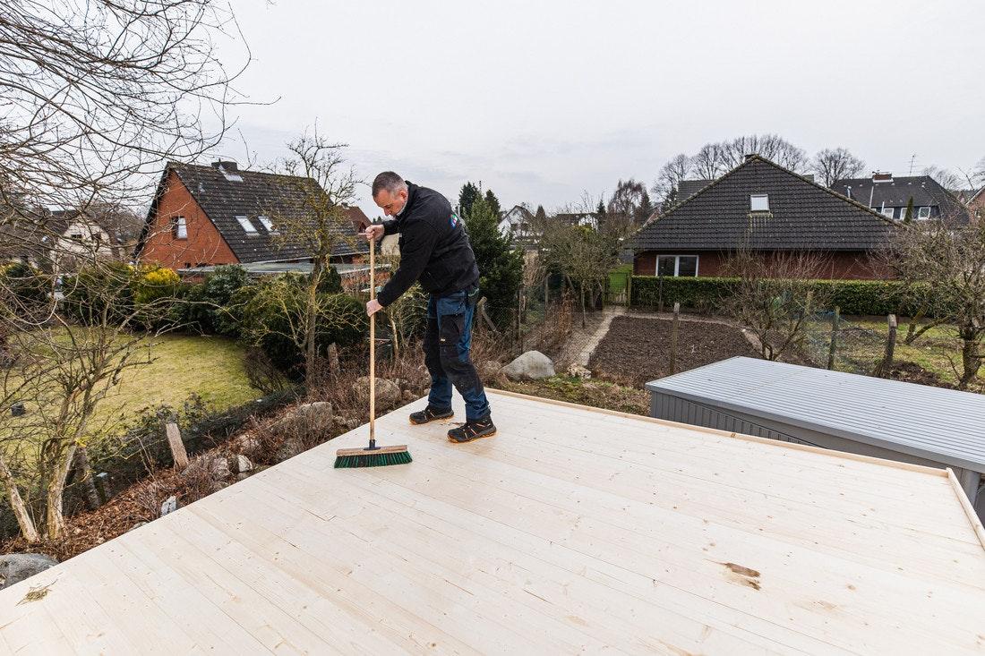 Das Dach muss sauber und frei von jeglichen Splittern etc sein, damit die Dachbahnen ordentlich haften können