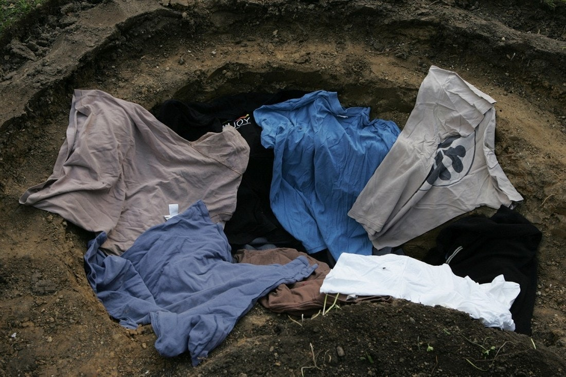 Die fertige Teichgrube wird mit alten Pullover ausgekleidet um die Teichfolie vor spitzen Steinen zu schützen.