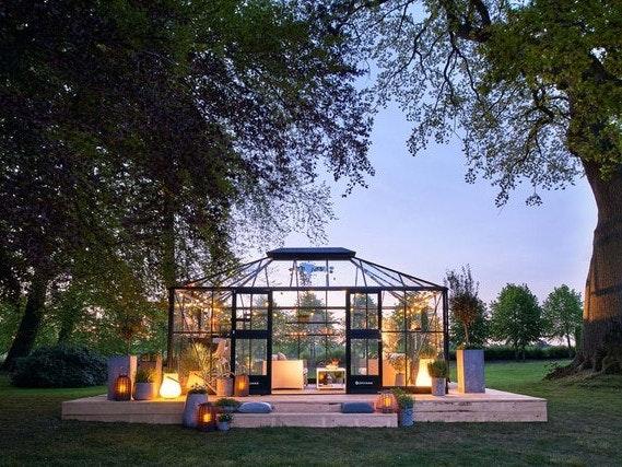 Mit einem großen Gewächshaus aus Glas schaffen Sie einen einzigartigen Rückzugsort in Ihrem Garten