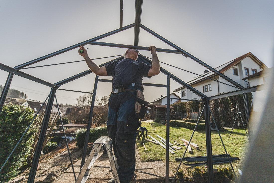 Anschließend montieren Sie alle weiteren Dachverstrebungen, die gleichzeitig die Einfassungen der Glasscheiben sind