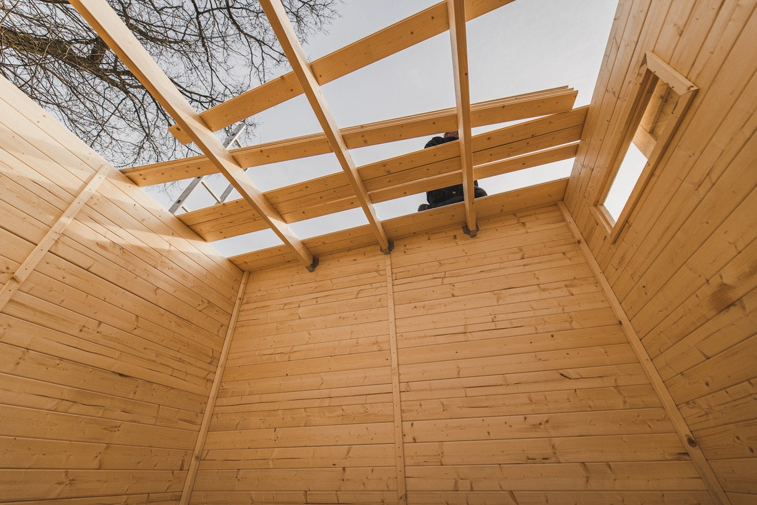 Das Dach wird mit Dachbrettern gedeckt