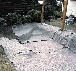 Teichbau Schritt 4: Die Teichgrube wird großzügig mit Vlies ausgekleidet.