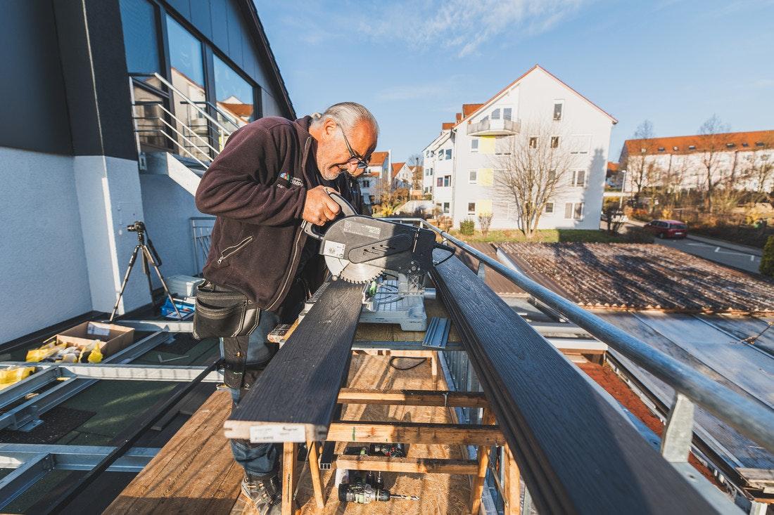 Die Terrassendielen werden mit Hilfe einer Kreissäge auf die erforderliche Länge gebracht
