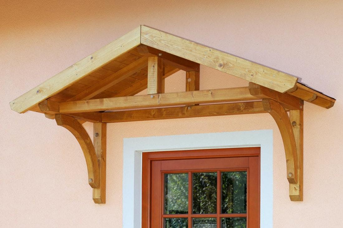 Holzvordach von Skanholz als Satteldach