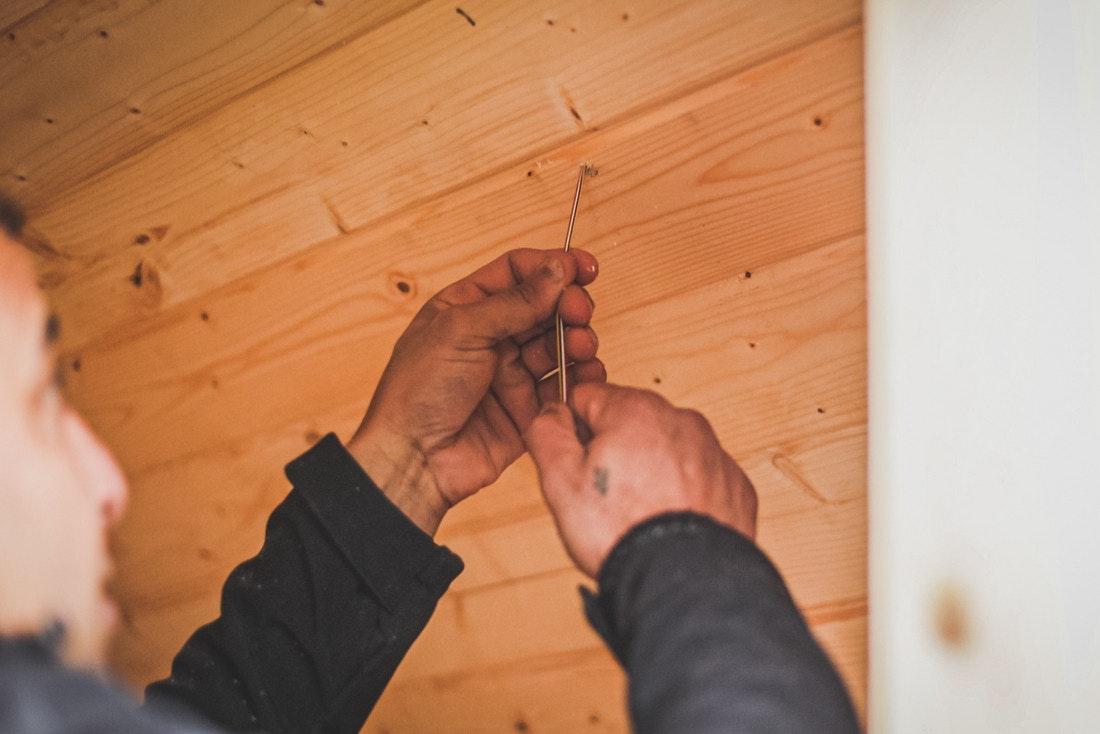 Die Kabel für Beleuchtung und Saunaofen werden verlegt