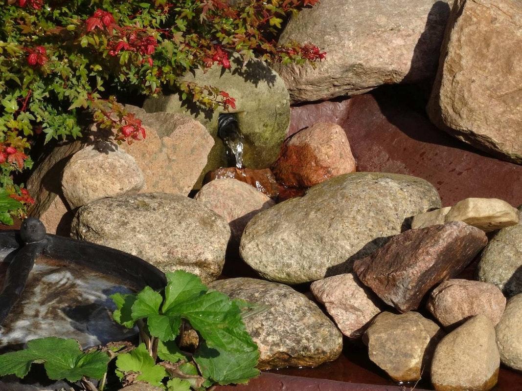 Steine am Bachlauf