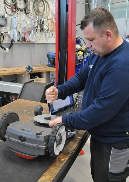 Husqvarna Automower: Messerwechsel in der Werkstatt