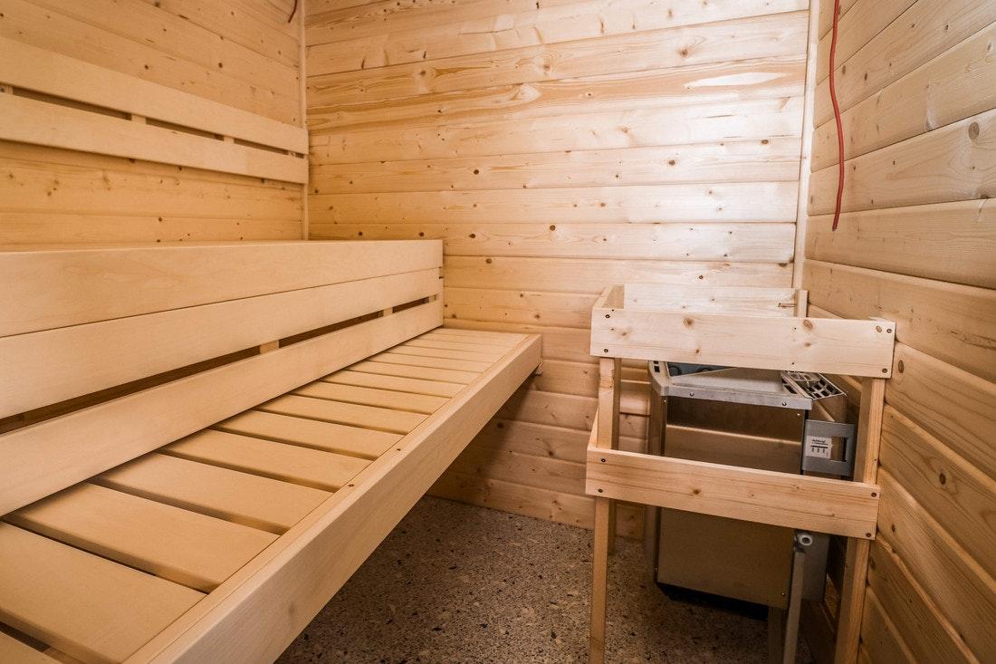 Ein Biokombiofen in einer neu gebauten Sauna wird angeschlossen