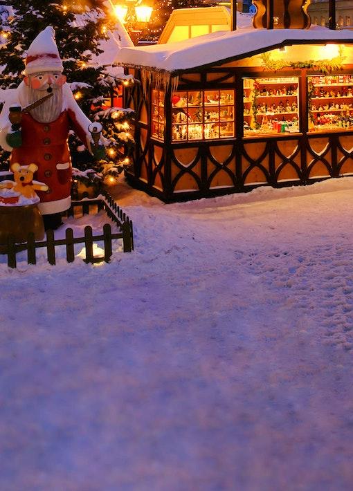 Marktstände und Stände für den Weihnachtsmarkt