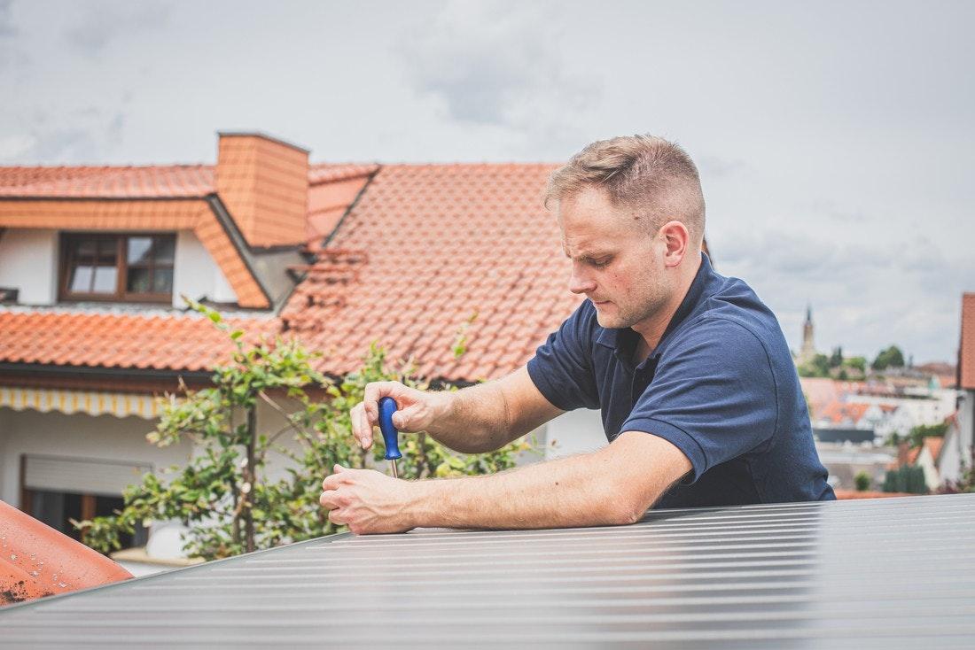Dacheindeckung bei der Biohort Gartenhaus Montage