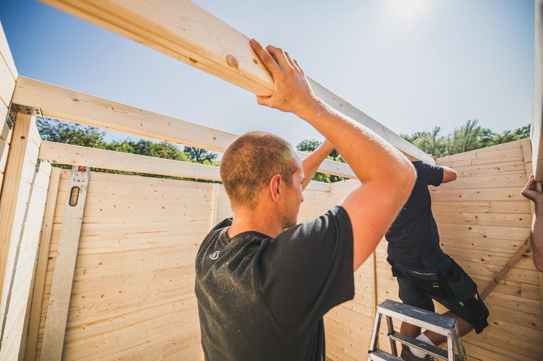 Im nächsten Schritt werden die Dachbalken angebracht.