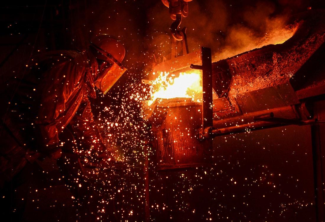 In einem Stahlwerk wird Metall flüssig gemacht und gegossen