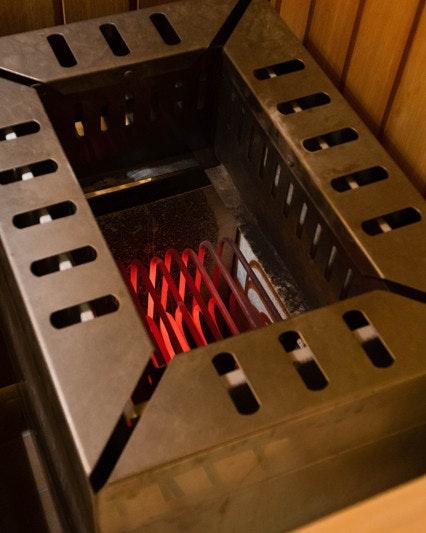 Ein Saunaofen mit mit glühenden Heizstäben