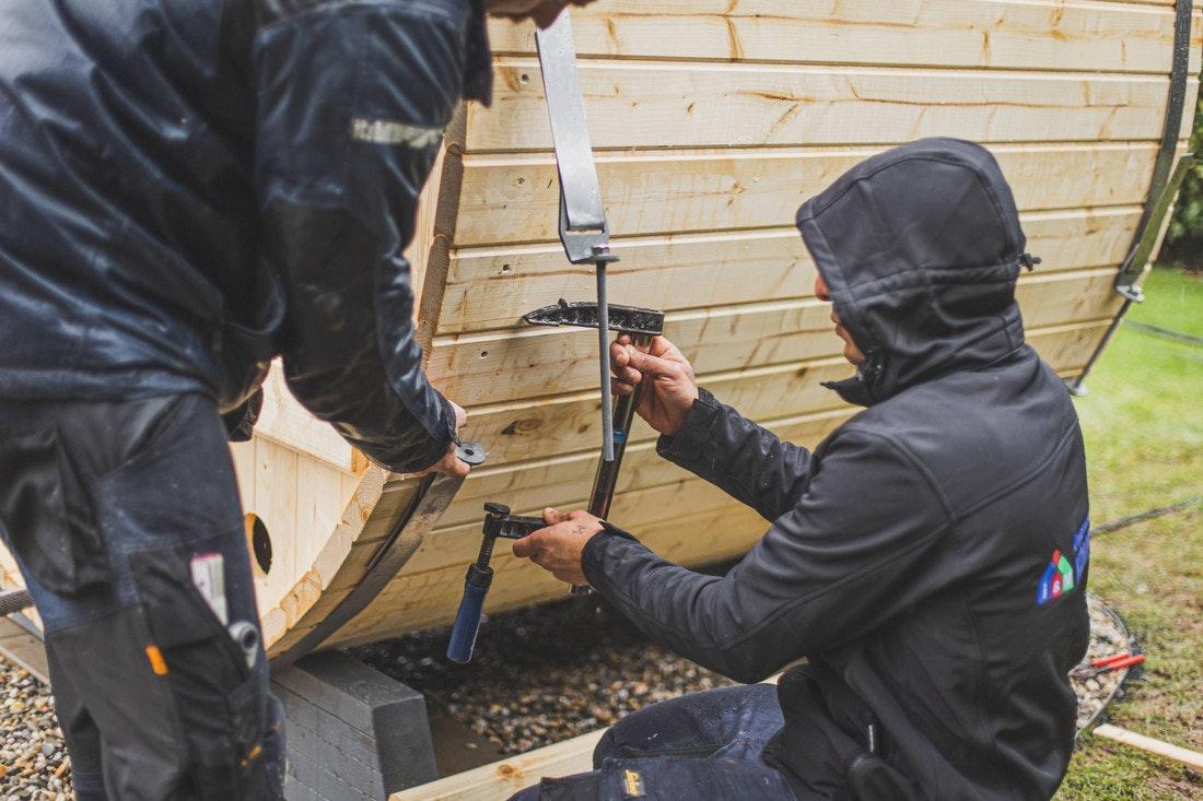 Die Blockbohlen werden mit einem Metallband zusammengehalten