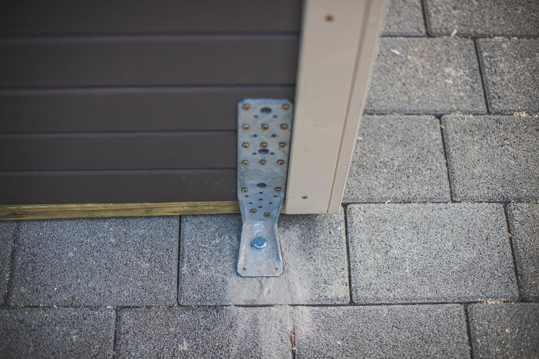 Die Sturmanker können nach Wunsch innen oder außen am Gartenhaus angebracht werden.