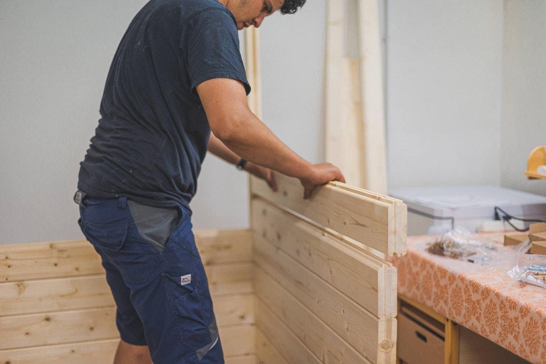 Die Holzbohlen werden einfach aufeinander gesetzt und sind dank Nut-Feder-Prinzip stabil