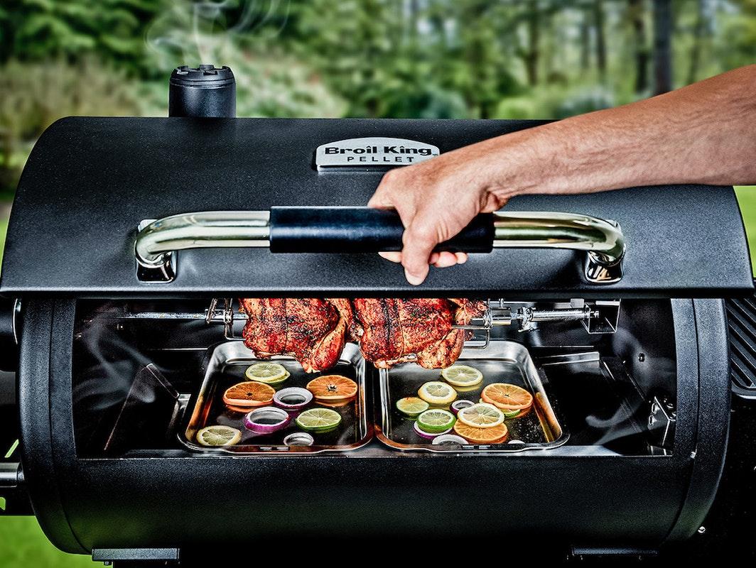 Das hat kein anderer Pelletgrill! Der Regal 500 von Broil King ist mit einer Rotisserie ausgestattet.