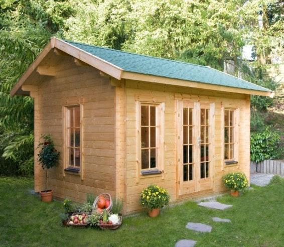 Gartenhaus aus Holz mit Blumen
