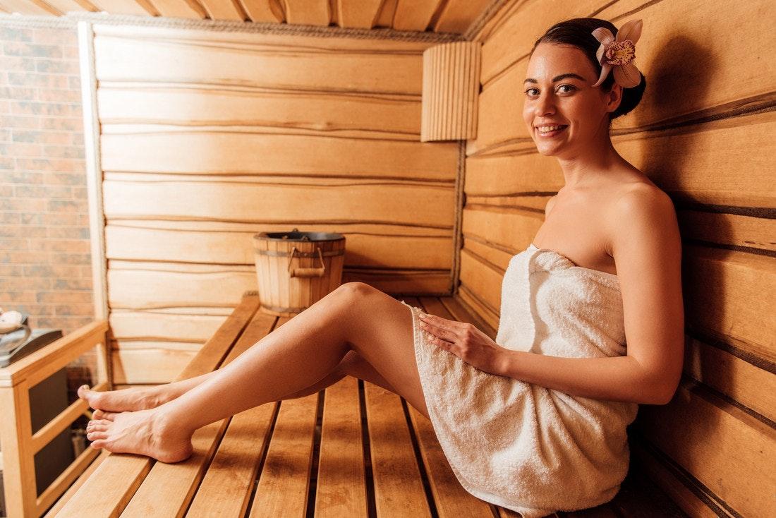 Eine junge Frau beim gemütlichen Saunagang