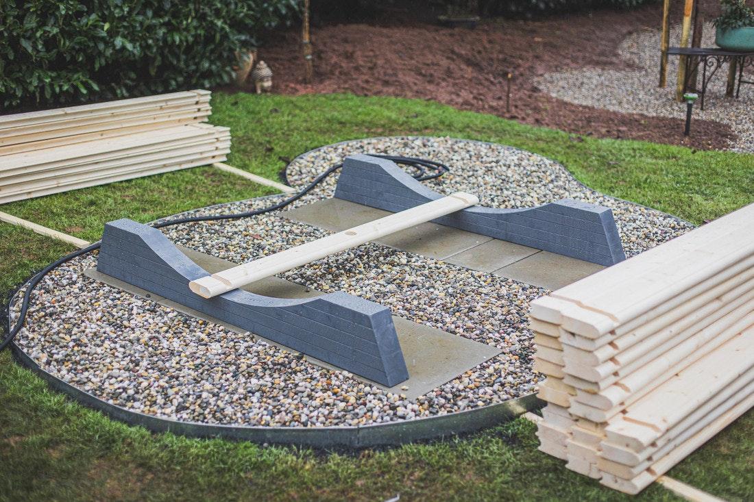 Die Standfüße der Fassauna werden auf einem vorbereitetem Fundament aufgestellt
