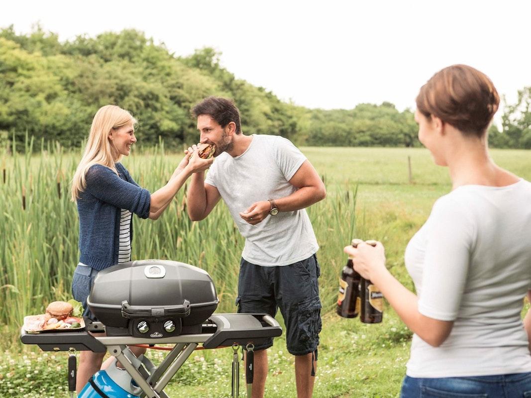 Grillen in freier Natur mit dem tragbaren Kugelgasgrill
