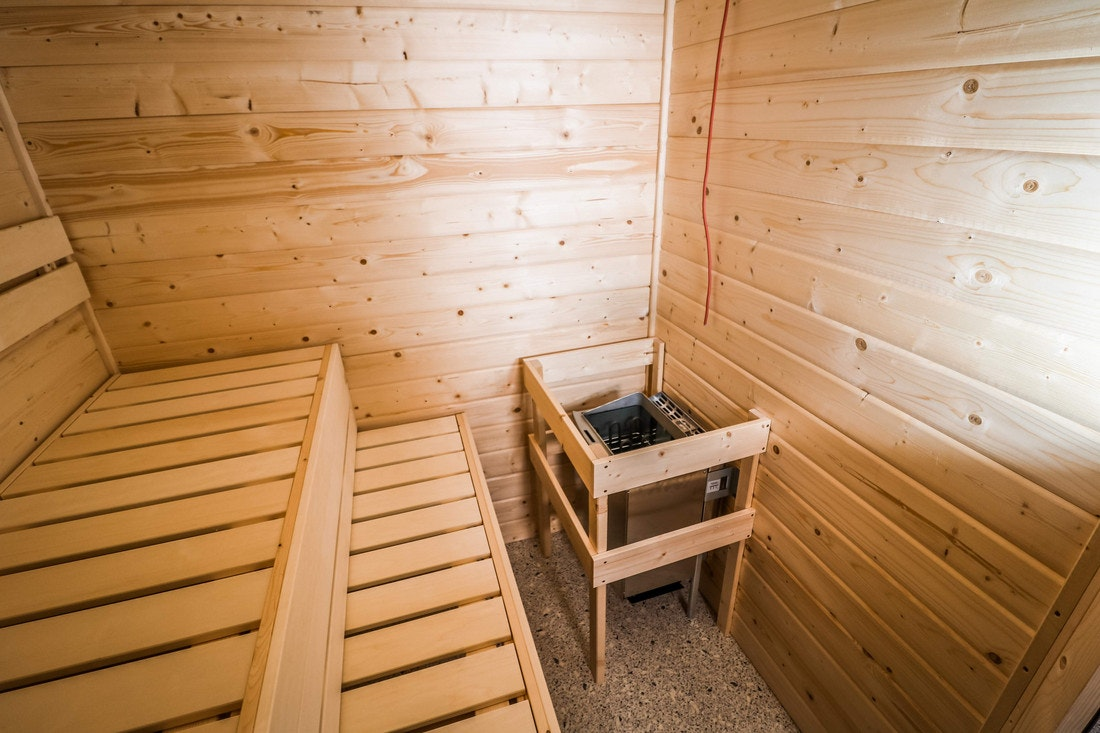 Ein frisch montierter Saunaofen in einer neuen Sauna