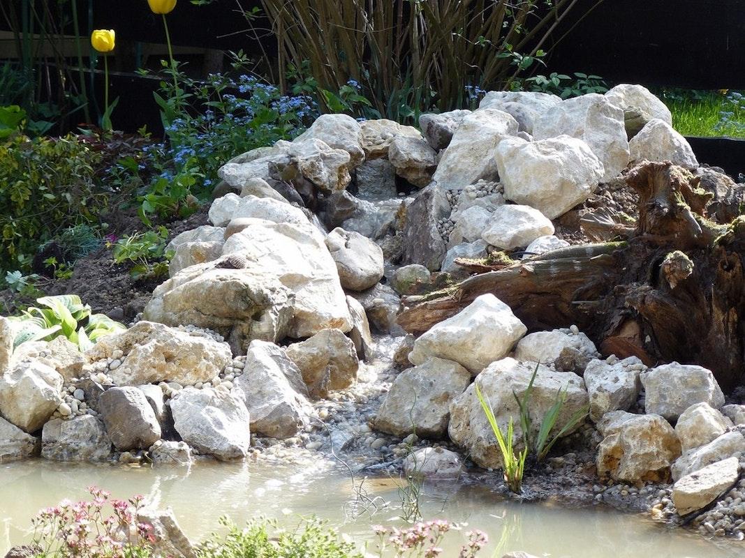 Der Bachlauf ist mit Steinen ausgekleidet, so dass keine Folie mehr zu erkennen ist.