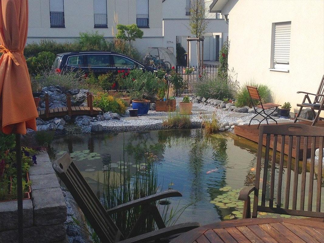 Blick von Terrasse auf Teich
