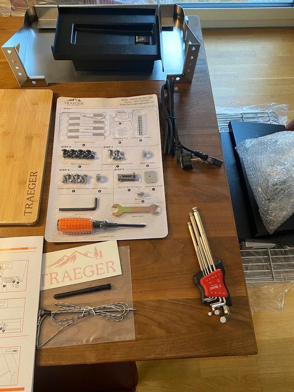 Werkzeug und Einzelteile des Traeger Grills