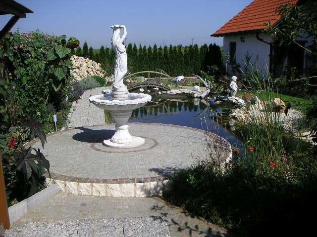 Statue vor dem Teich