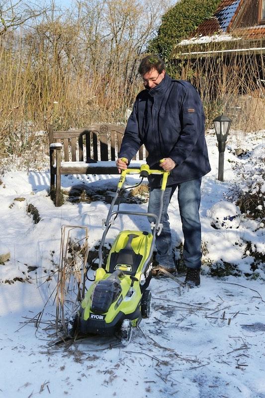Mit dem Rasenmäher über den gefrorenen Teich fahren und die Rohrkolben stutzen.