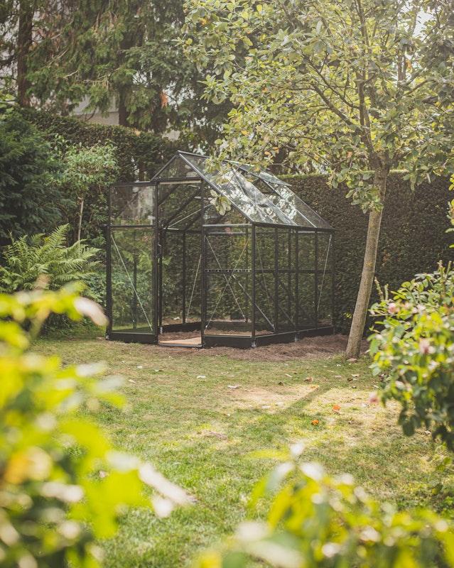 Das fertig montierte Juliana Qube Gewächshaus mit einer Grundfläche von 5,1m²