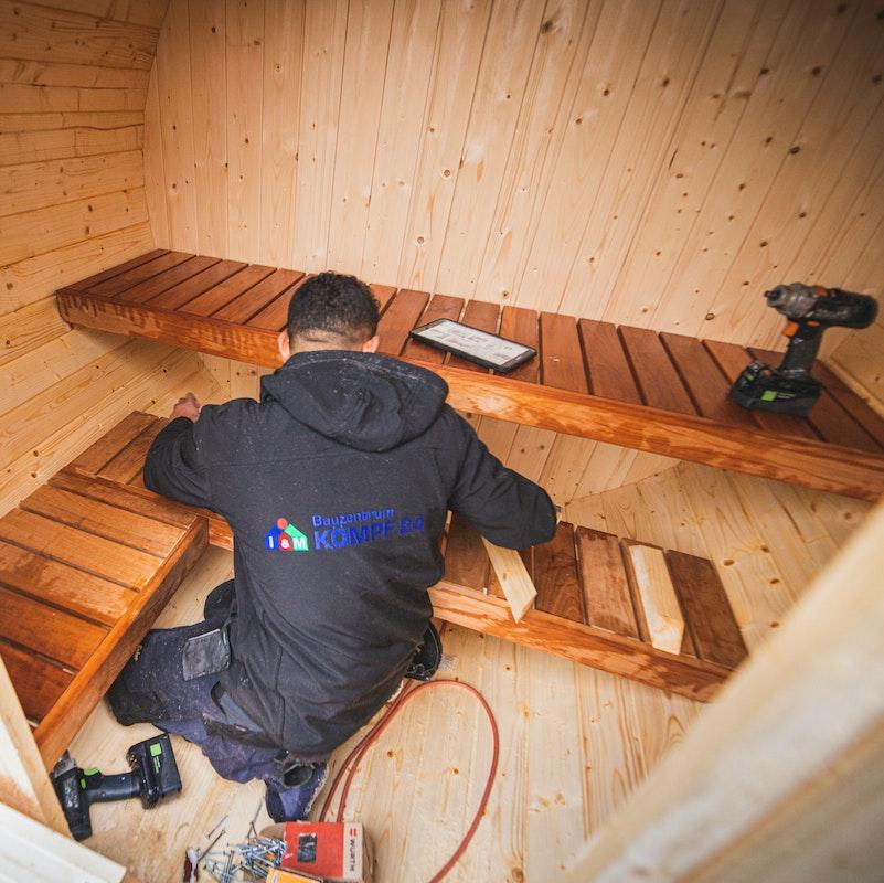 Die Saunabänke werden montiert