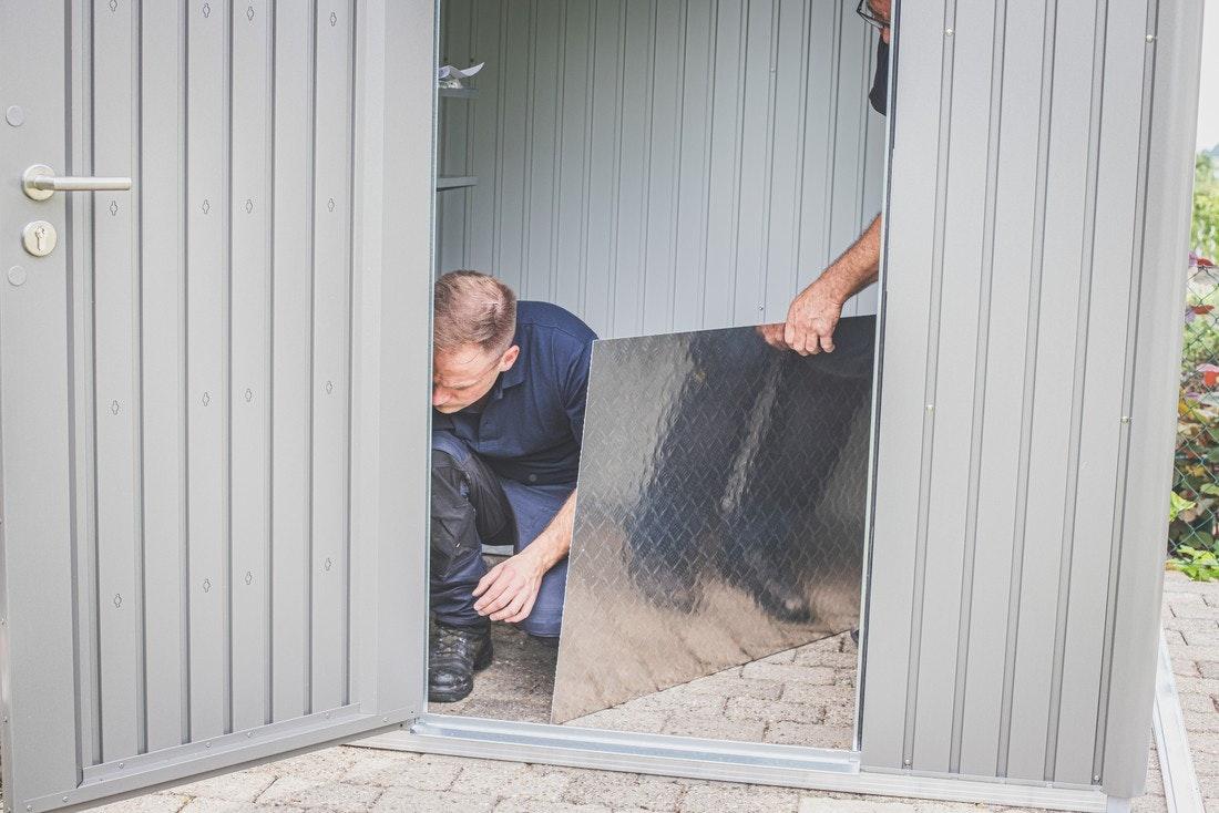Montage der Bodenplatte im Biohort Gartenhaus