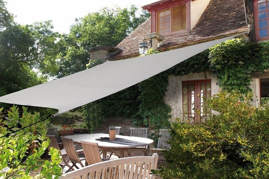 Beispiel viereckiges Sonnensegel am Haus