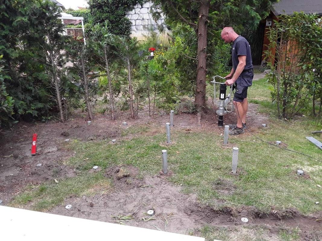 Schritt 2: Fundamentschrauben in den Boden eintreiben