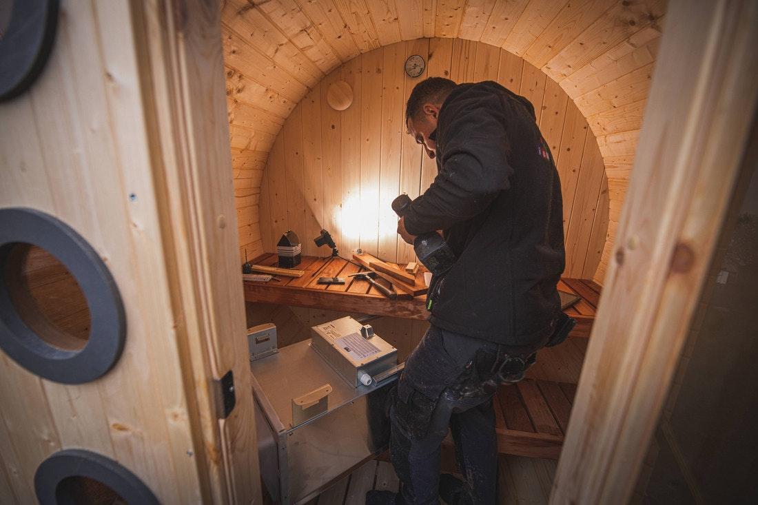 Der passende Ofen für die Fasssauna wird von uns eingebaut aber nicht angeschlossen. wenn es sich dabei um einen Starkstromanschluss handelt.